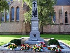 Poelkapelle: Jaargetijde met bijhorende bloemenhulde aan de Gedenkzuil militaire en burgerlijke doden Poelkapelle en kleine tentoonstelling ter ere van Kapitein Guynemer - 11/09
