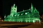 Ieper viert Sint-Patrick's Day met groene Lakenhalle
